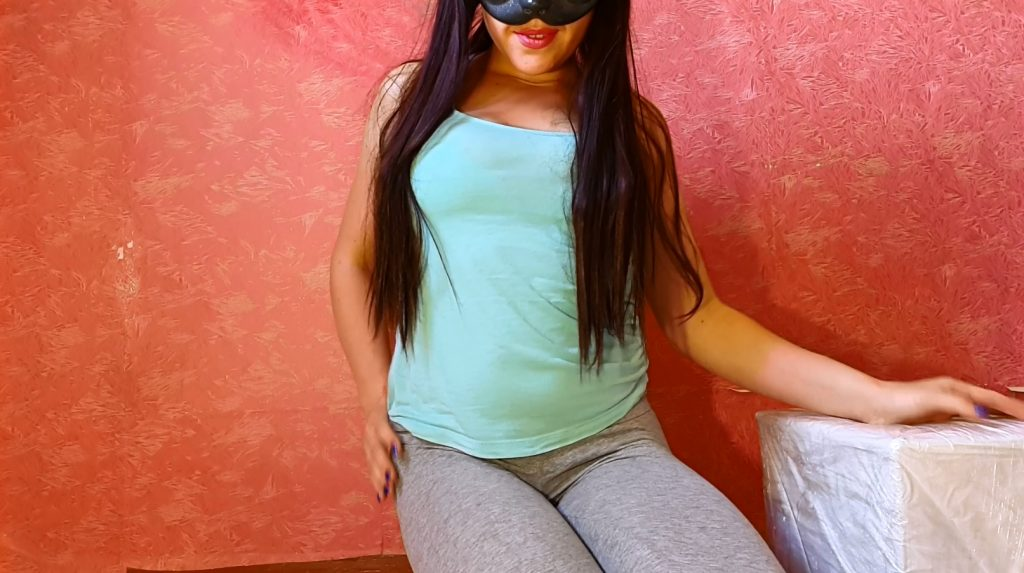 Anna Coprofield – Gray leggings is back - 1