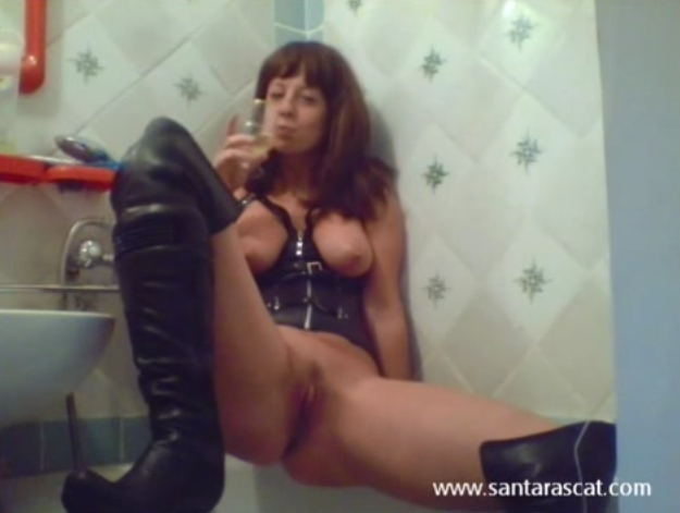 Pee in leather and overknee boots-2