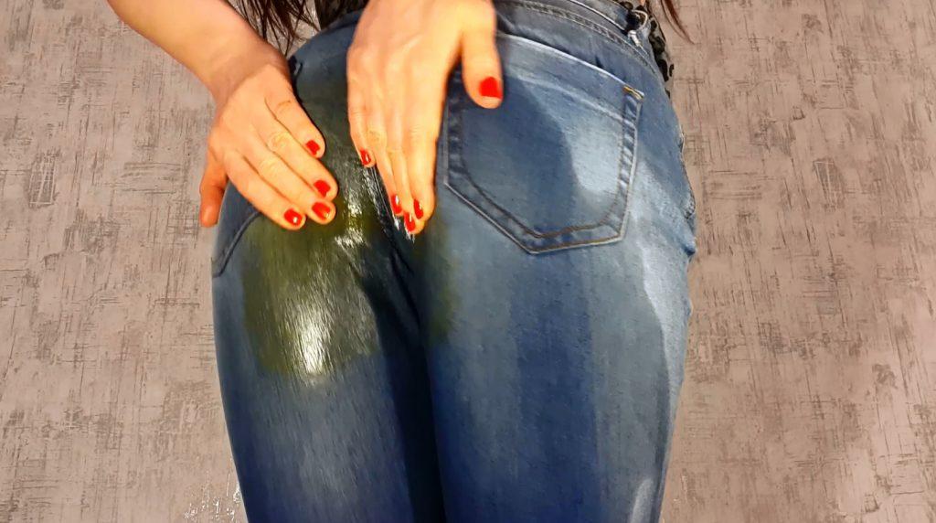 грязные штаны у девушек немного рассеян