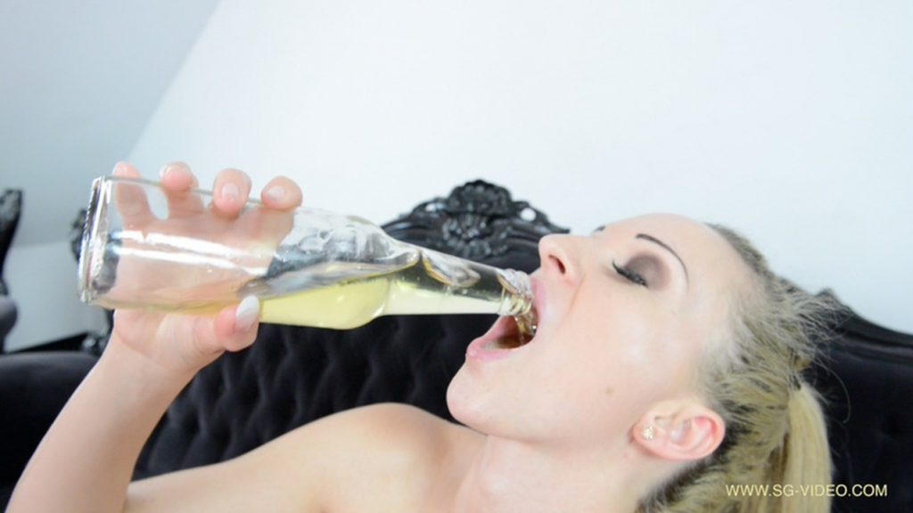 Pee Swallow And Dildo Game Starring Melania (Fisting and Pissing - FULL HD) 6